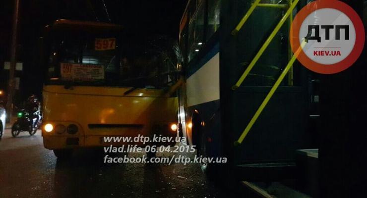 Около вокзала в Киеве столкнулись две маршрутки (фото)