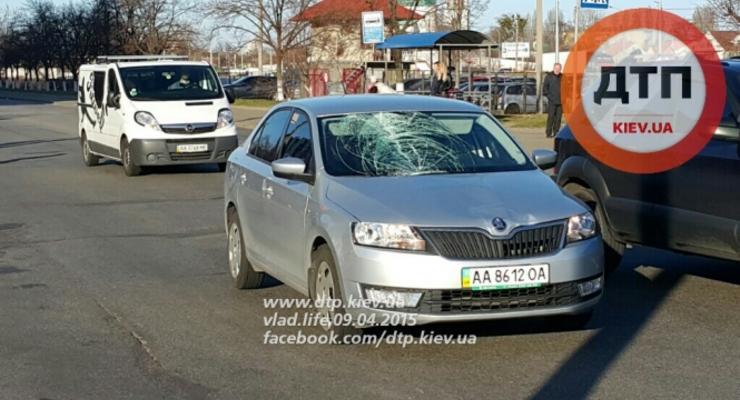 В Киеве на Троещине Skoda Rapid тяжело травмировал пешехода