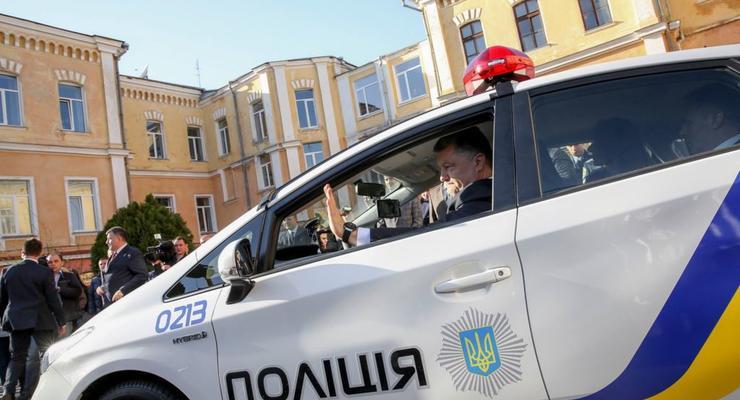 Порошенко проехался за рулем нового полицейского авто