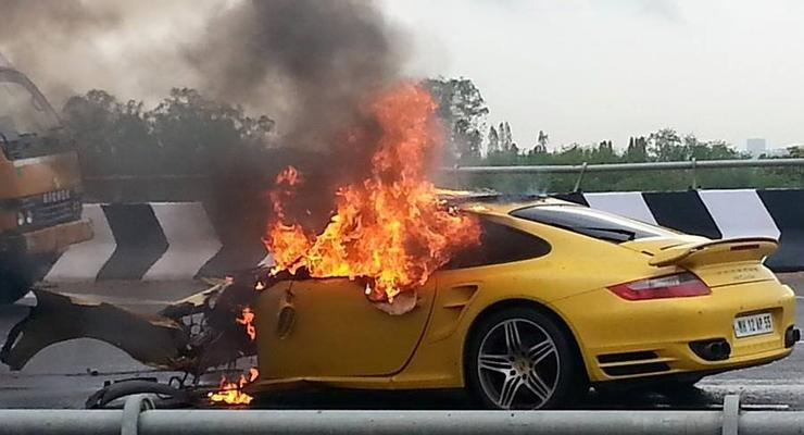 Суперкар Porsche 911 Turbo сожгли в Индии (видео)