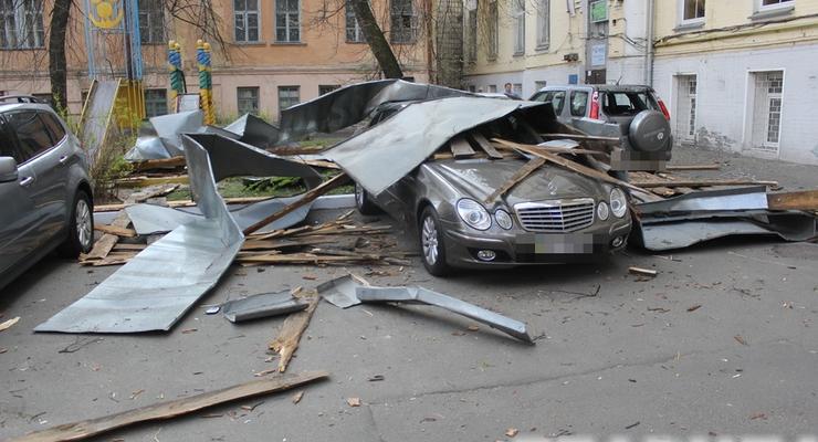 В Киеве ветер обрушил крышу здания на Mercedes (видео)