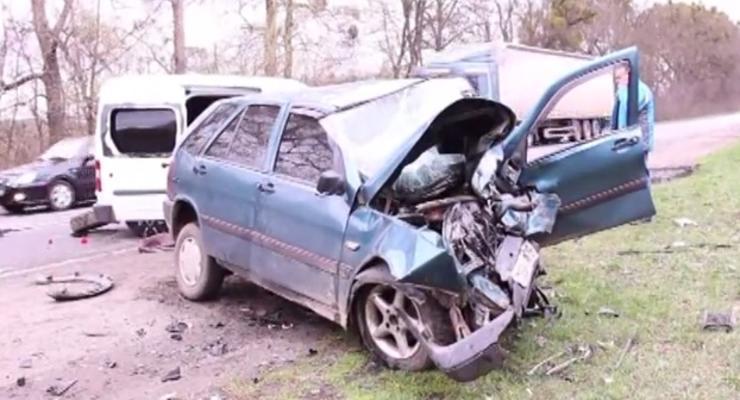 В лобовом столкновении на Винничине погибли двое (видео)