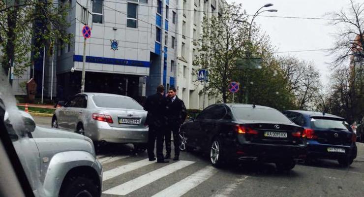 В Киеве Toyota и Lexus припарковались посреди перекрестка (фото)