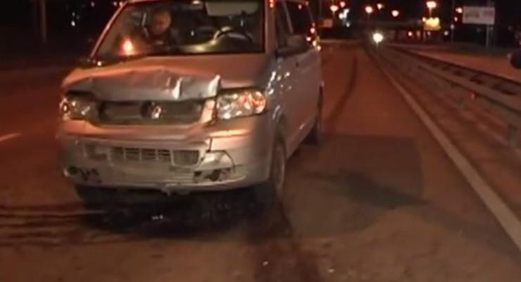 На киевской трассе микроавтобус протаранил Audi (видео)
