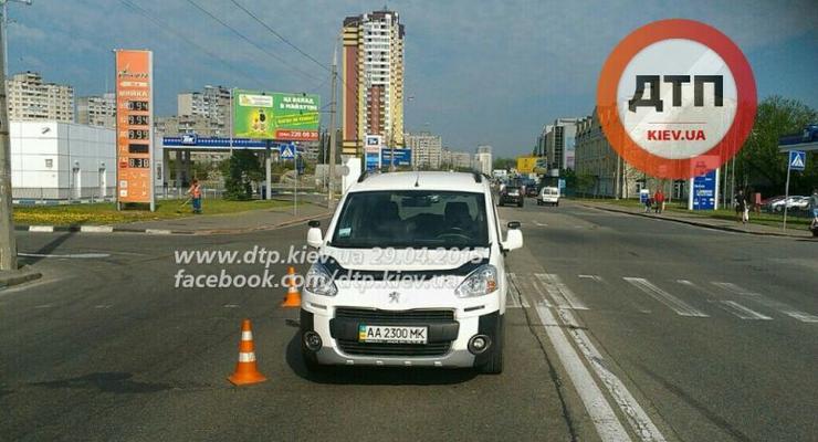 В Киеве пожилой водитель сбил девушку на переходе (фото)