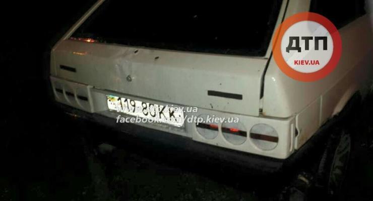 Под Киевом водитель ВАЗ насмерть сбил женщину и сбежал, бросив авто (фото)