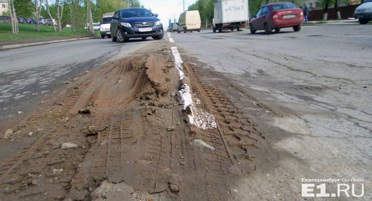 В Екатеринбурге нанесли разметку на грязь посреди улицы (фото)
