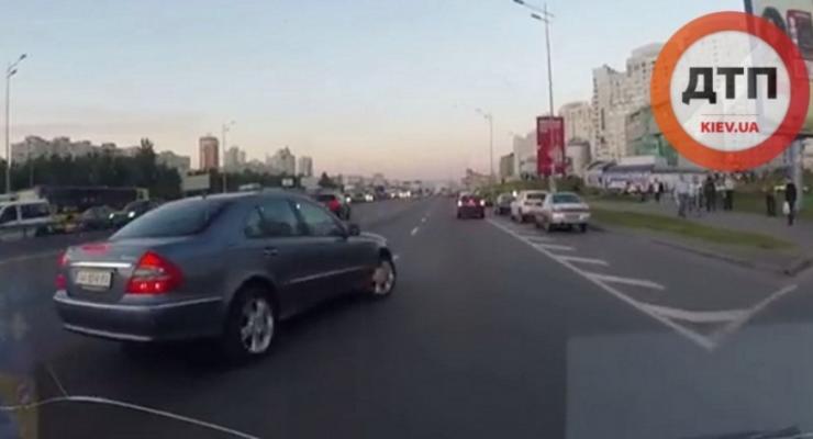 В Киеве Mercedes попал в аварию, поворачивая через два ряда (видео)