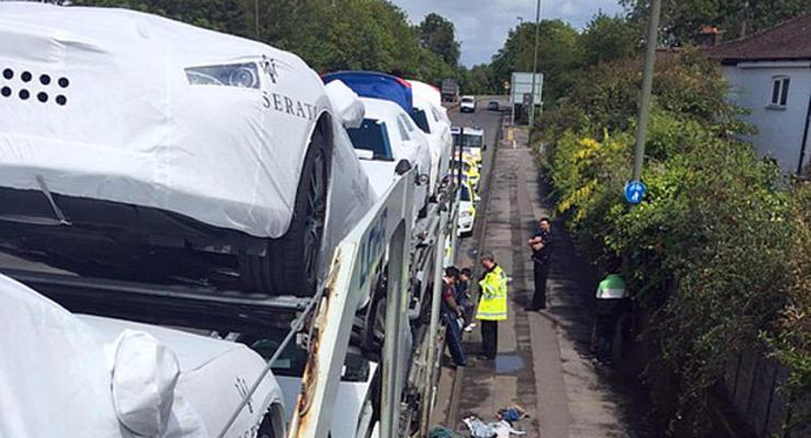 Британская полиция нашла незаконных мигрантов в багажниках новых Maserati (фото)