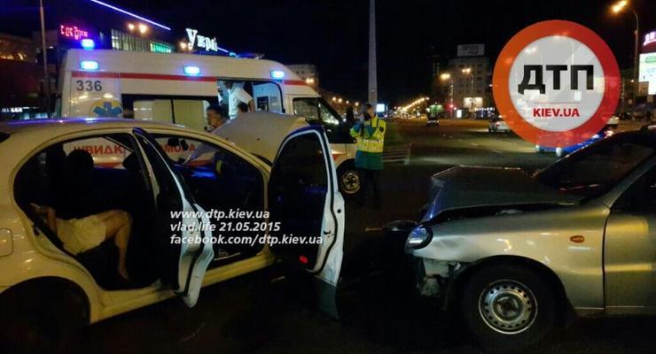 В Киеве лоб в лоб столкнулись Daewoo Lanos и Chevrolet Aveo, есть раненые (фото)
