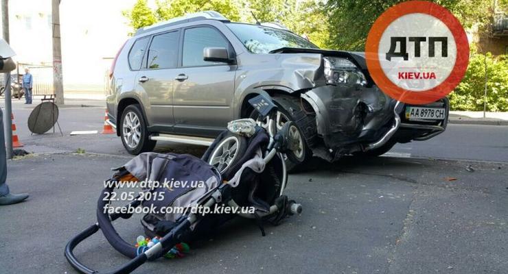 В Киеве Nissan раздавил детскую коляску, ребенок в коме