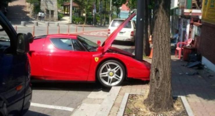 В Южной Корее разбили редкий Ferrari (фото)