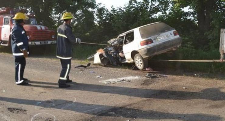 В Одесской области Toyota Corolla попала в ДТП с автобусом и грузовиком, есть жертвы (видео)