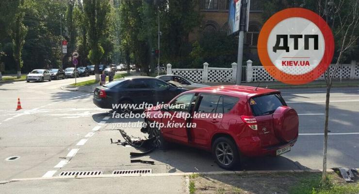 В центре Киева лоб в лоб столкнулись Toyota RAV4 и Skoda Octavia