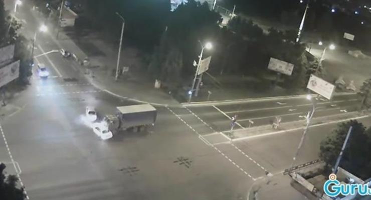 В Мариуполе военный грузовик протаранил два авто (видео)