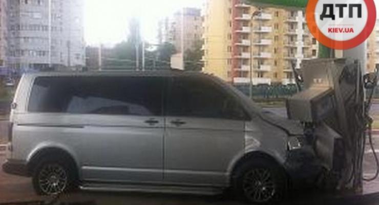 В Киеве Volkswagen врезался в автозаправочную колонку и вспыхнул