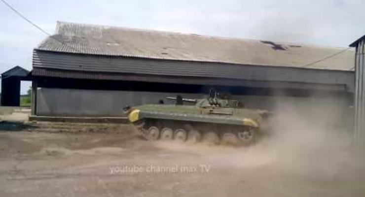 Боец ВСУ устроил дрифт на своем БМП (видео)