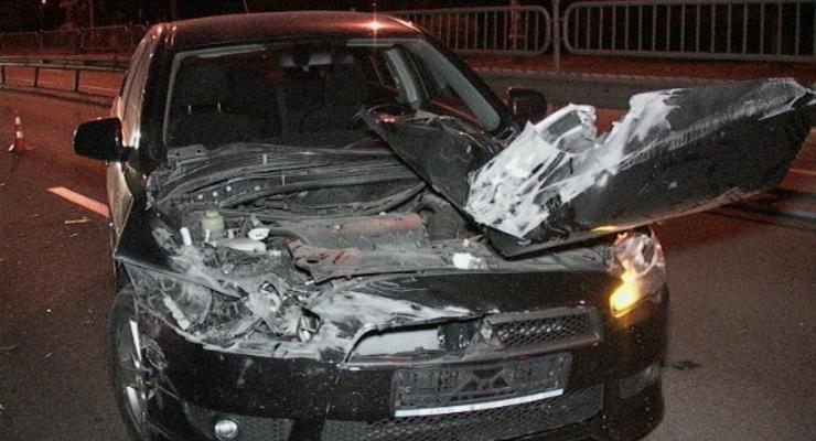 В Киеве Lancer отправил попутную машину в столб, есть раненые