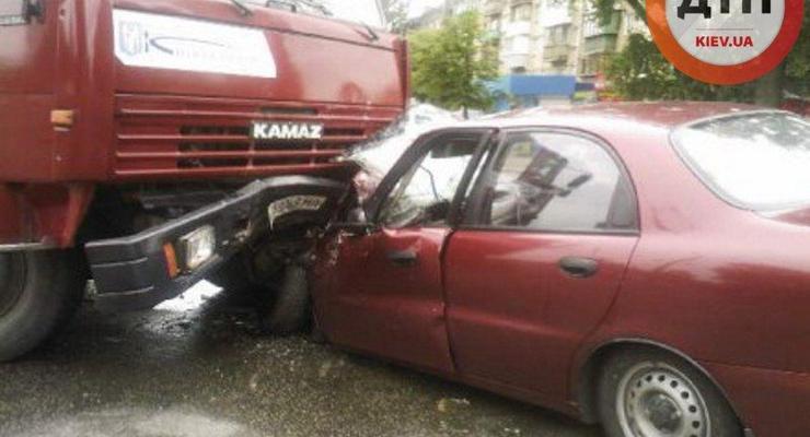 В Киеве Daewoo Lanos врезался в КАМАЗ: пострадали трое