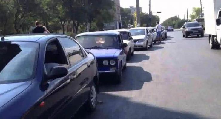В Донецке почти нет бензина: за топливом километровые очереди (видео)