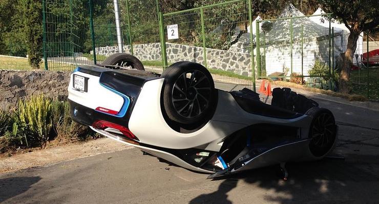 Журналист попал в ДТП во время тест-драйва BMW i8 (фото)