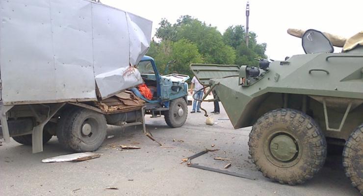 Соцсети: в Крыму броневик столкнулся с грузовиком ГАЗ (фото)