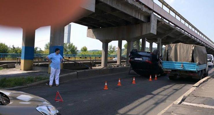 На мосту Метро в Киеве перевернулся Porsche (фото)