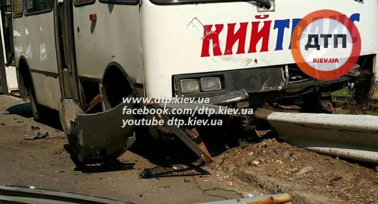 В Киеве Honda Civiс отправил маршрутку с 22 пассажирами в отбойник (фото)