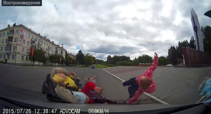 В России водитель на полной скорости сбил коляску с тремя детьми (видео)