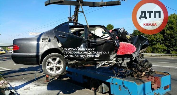 В Киеве Mercedes влетел в заправку, двое в реанимации