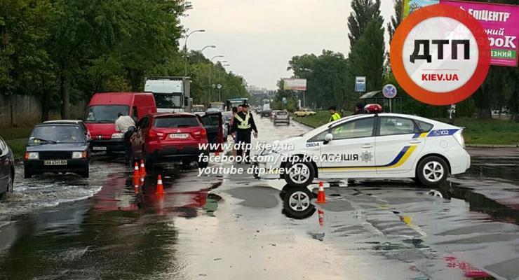 Патрульный автомобиль попал в аварию в столице (фото)