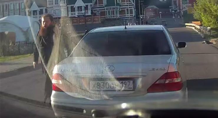 В России священник на Lexus догонял обидчика задним ходом (видео)
