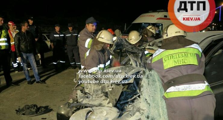 В Киеве в столкновении Nissan и грузовика погибли двое (фото 18+)