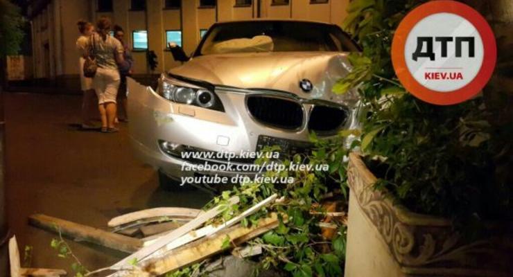 В Киеве BMW влетел в кафе, есть пострадавшие (видео)