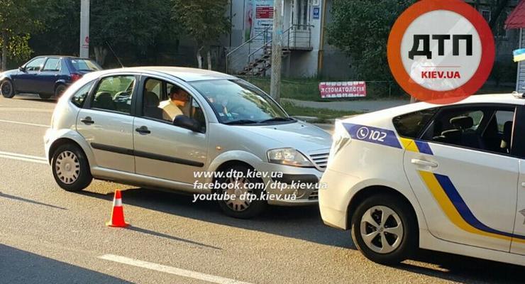 В Киеве девушка на Citroen врезалась в полицейский Toyota Prius (фото)