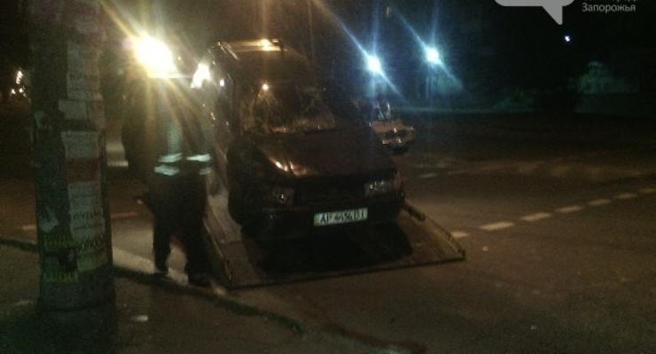 В Запорожье пьяный водитель въехал в остановку (фото)