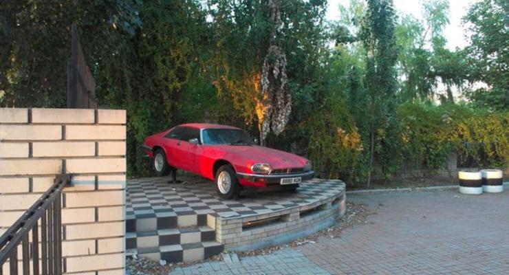 В Бердянске создали памятник из купе Jaguar (фотофакт)
