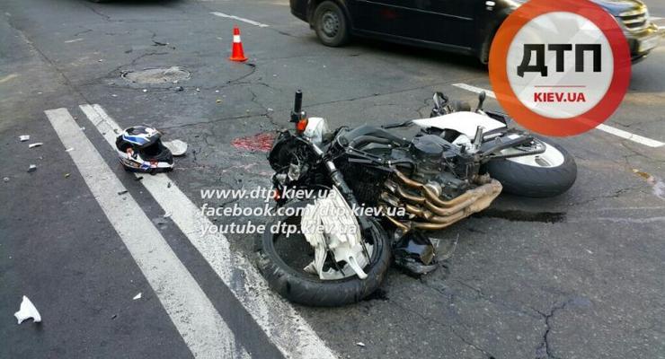 В Киеве мотоцикл Yamaha врезался в КАМАЗ, байкер погиб (фото 18+)