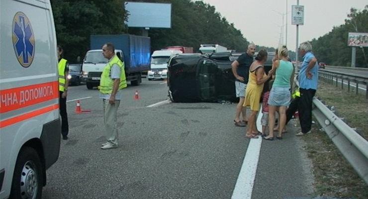 На автомагистрали Киев-Борисполь Pajero перевернулся и снес отбойник