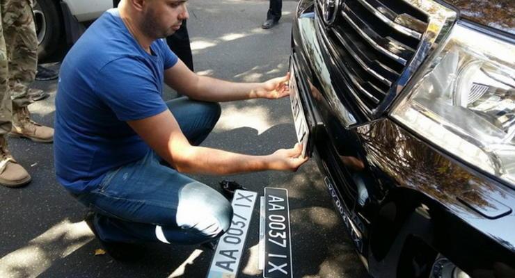 В Киеве Правый Сектор заставил водителя Land Cruiser менять номера с военных на гражданские
