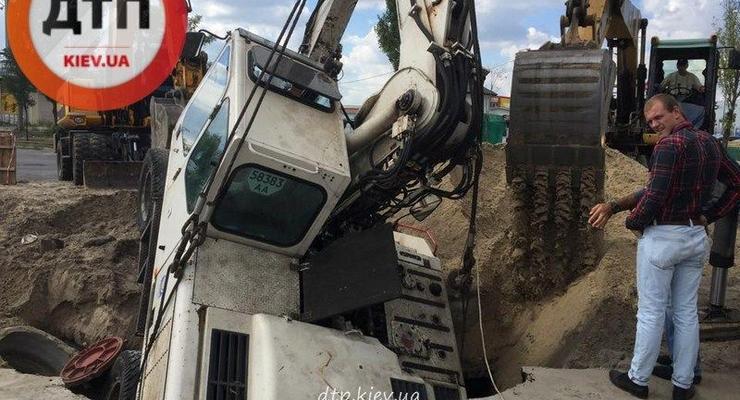 В Киеве на Позняках экскаватор провалился под землю