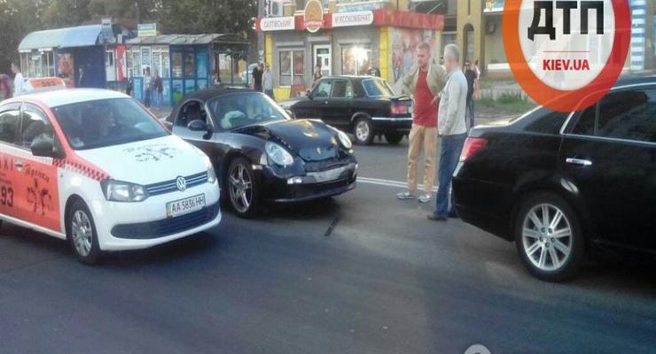 В Киеве Porsche врезался в Toyota Avalon