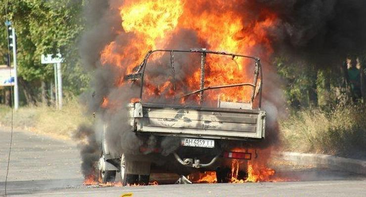 В Горловке возле школы сгорела Газель с символикой боевиков