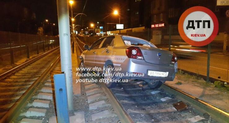 В Киеве пьяный водитель Geely сбил ограждение скоростного трамвая (фото)