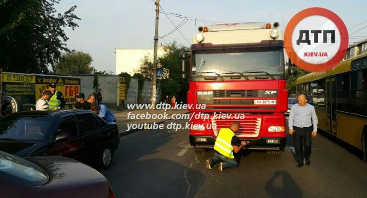 В Киеве фура раздавила женщину на переходе (фото 18+)