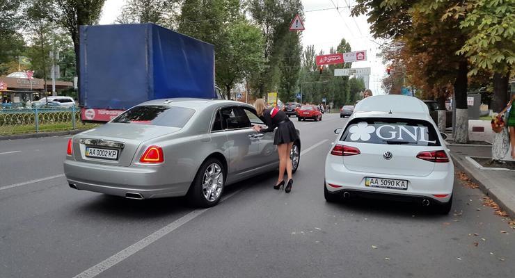 В Киеве девушки провели социальный эксперимент со сломанным авто (фото)