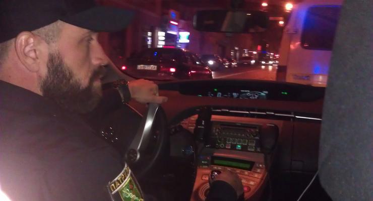 В Харькове девушка пыталась сбежать от полиции с человеком на капоте (видео)
