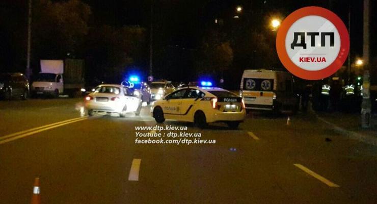 В Киеве пьяный водитель сбил семейную пару на тротуаре