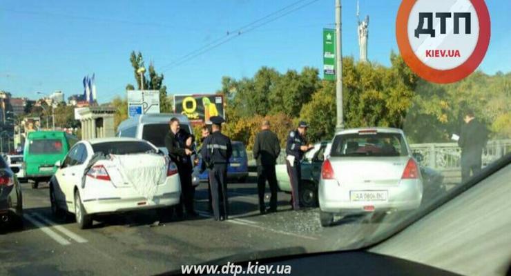 В Киеве на мосту Патона огромная пробка из-за масштабного ДТП (фото)