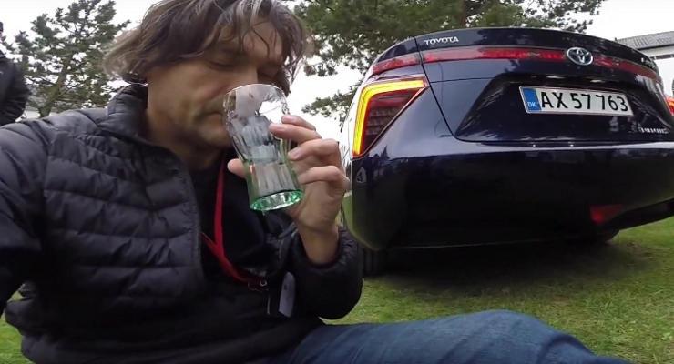 Журналист попробовал воду из выхлопной системы Toyota Mirai (видео)